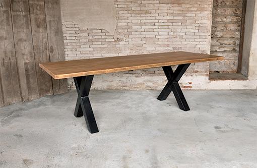 Tavolo realizzato in legno di recupero